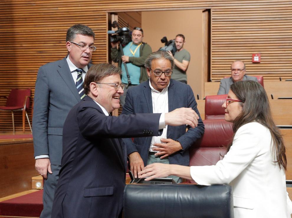 Ximo Puig recibiendo al felicitación de Mónica Oltra