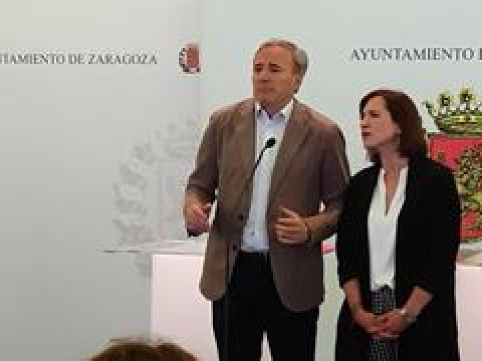 Jorge Azcón, candidato del PP al Ayuntamiento de Zaragoza, y Sara Fernández, candidata de Ciudadanos, conocen en directo, durante la firma del pacto, que Vox pone en duda su apoyo a la investidura de Jorge Azcón.