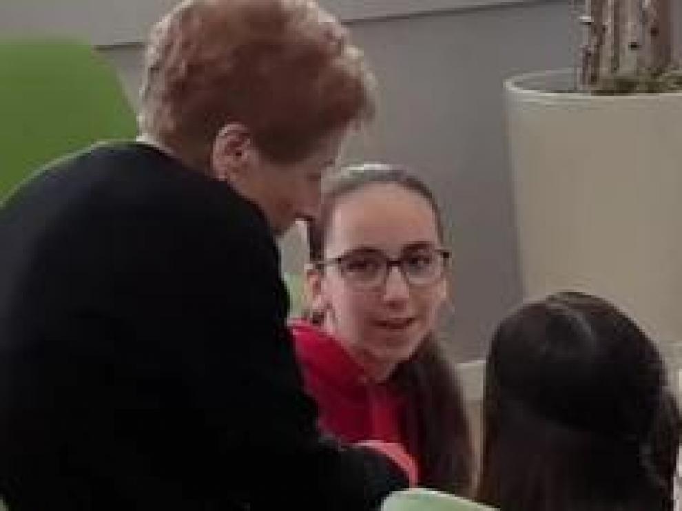 Los alumnos de 2º de ESO del colegio Calasancio de Zaragoza han cambiado los libros de Lengua por las visitas a un hogar de ancianos. Durante 5 meses han hablado sobre las vidas de los mayores y el resultado es un libro con las biografías de más de 30 residentes.