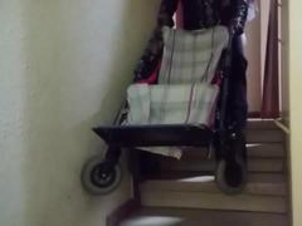 """Maro Tunkara, la mamá de Yeneba (con un 93% de discapacidad), cuenta los problemas que tienen para salir a la calle. Viven en un segundo con ascensor, pero no cabe la silla dentro. """"Cuando salgo a comprar tengo que hacer tres viajes para subir la compra, el carro y la niña"""", afirma ella, que sufre problemas de espalda."""