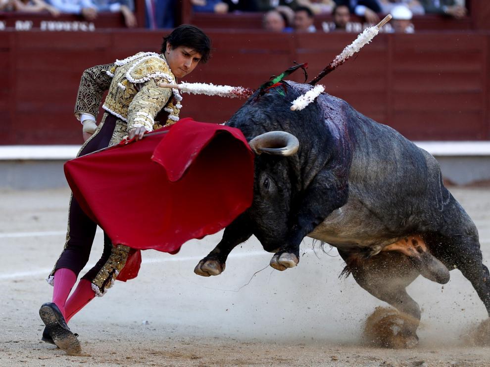 El torero peruano Roca Rey da u pase de muleta en uno de los festejos de la feria de San Isidro 2019