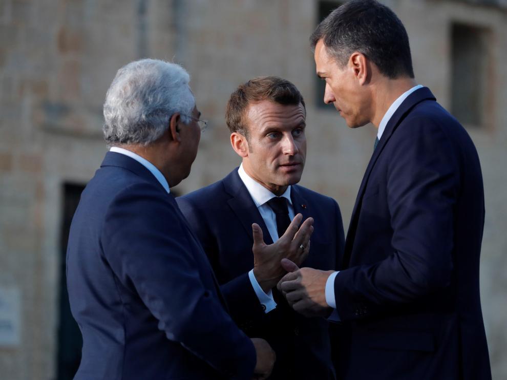 Emmanuel Macron conversa con Pedro Sánchez.