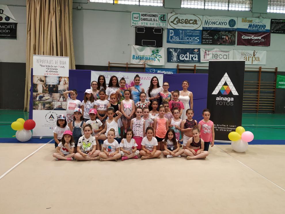 Todas las participantes y la entrenadora posaron juntas al finalizar la exhibición.