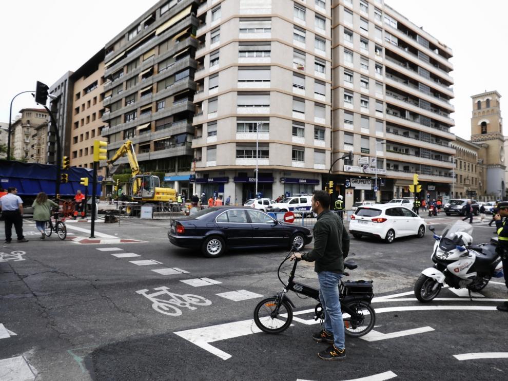 Un reventón en el cruce de la avenida de Goya con Sagasta ha obligado a cortar el tráfico este viernes en hora punta