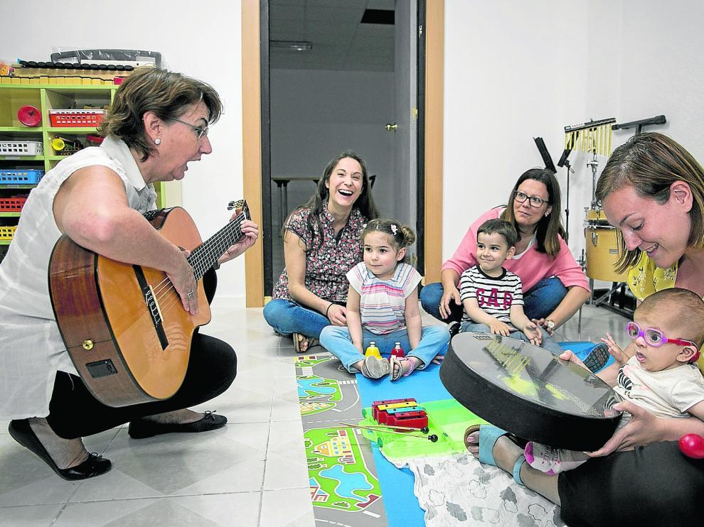 Sofía y Pablo tocan el piano, en su sesión de musicoterapia en la sede de Aspanoa en Zaragoza.