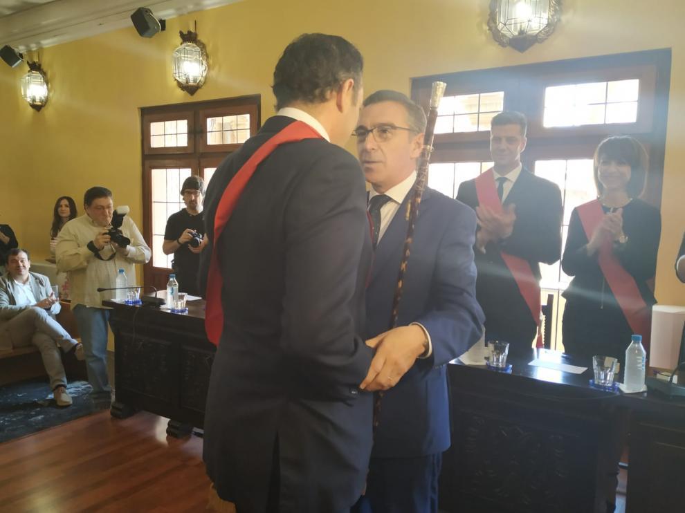 Entrega del bastón de mando de Beamonte al nuevo alcalde de Tarazona, Arrechea.