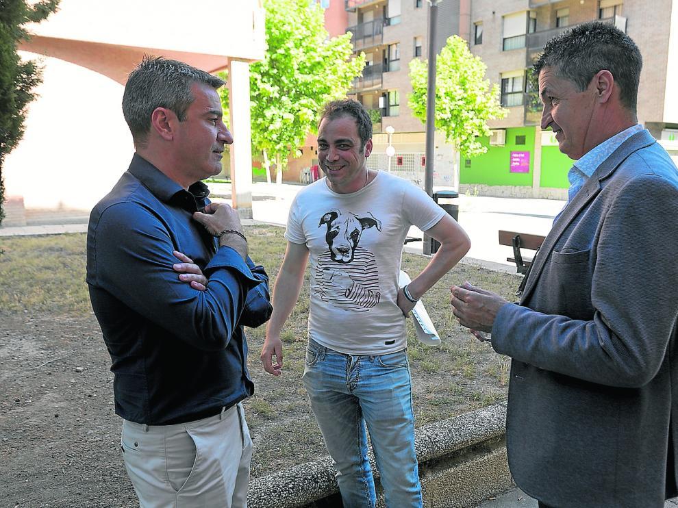 José Antonio Lagüens, Carlos Sampériz y Antonio Romero, ayer al mediodía delante de la sede del PP de Huesca