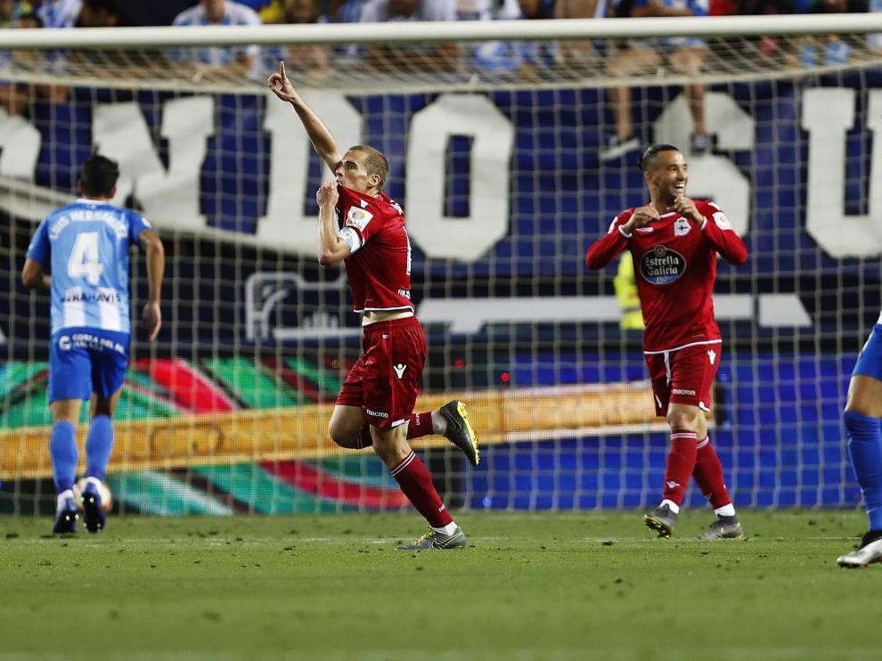 El centrocampista del Deportivo, Álex Bergantiños, celebra su gol en el partido ante el Málaga.