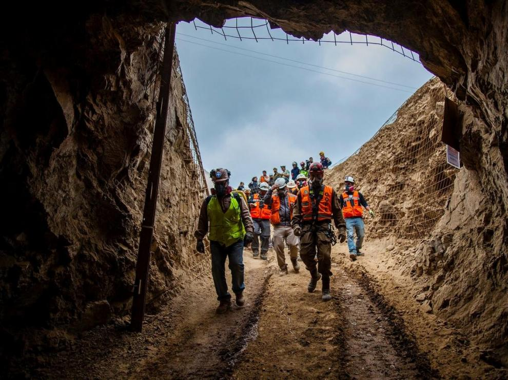 Personnel from search and rescue teams work to rescue Bolivian workers trapped in a mine in Tocopilla, Chile, June 14, 2019, in this picture obtained from social media. Gobierno Regional de Antofagasta/via REUTERS ATTENTION EDITORS - THIS IMAGE HAS BEEN SUPPLIED BY A THIRD PARTY. MANDATORY CREDIT. NO RESALES. NO ARCHIVES. [[[REUTERS VOCENTO]]]