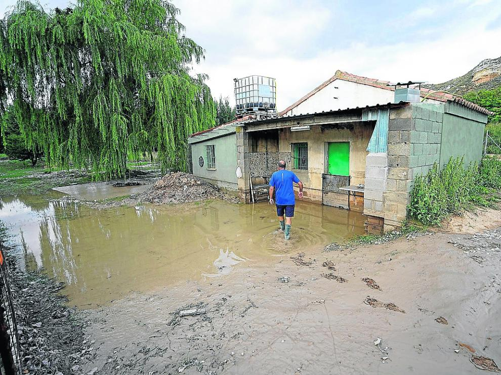 Vivienda angada por una crecida del río Alfambra a las afueras de Teruel.