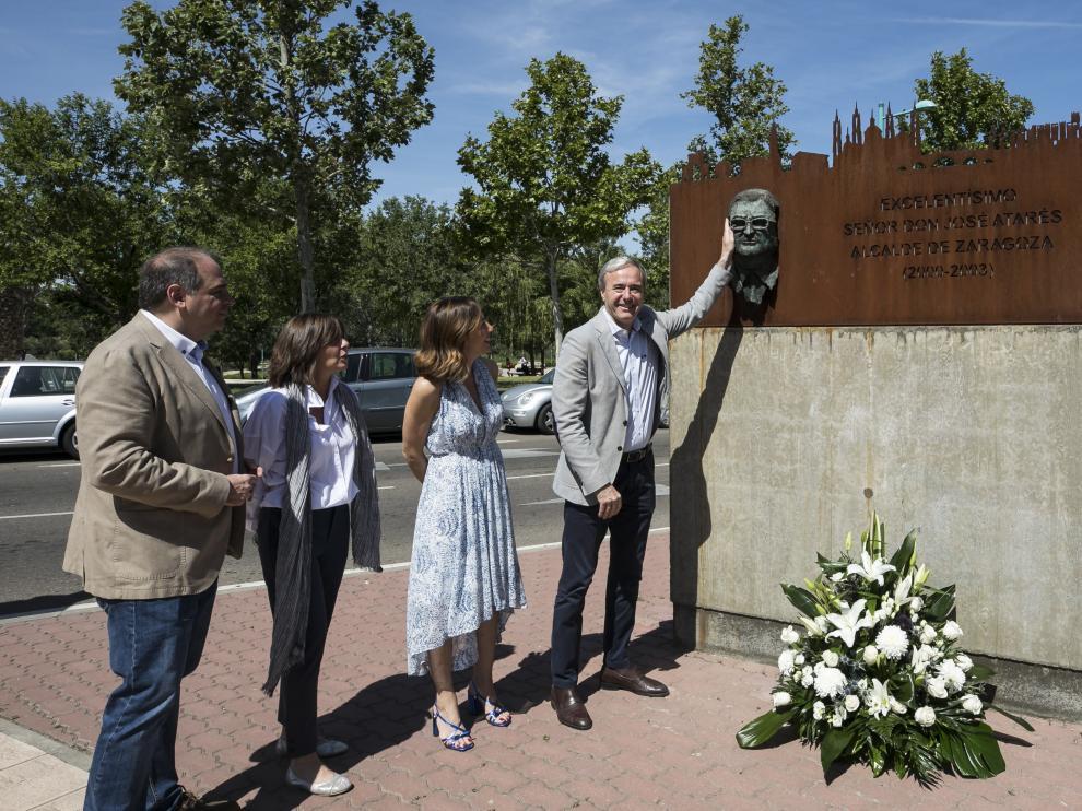 Un momento del homenaje que Azcón y los concejales del PP brindaron a José Atarés.