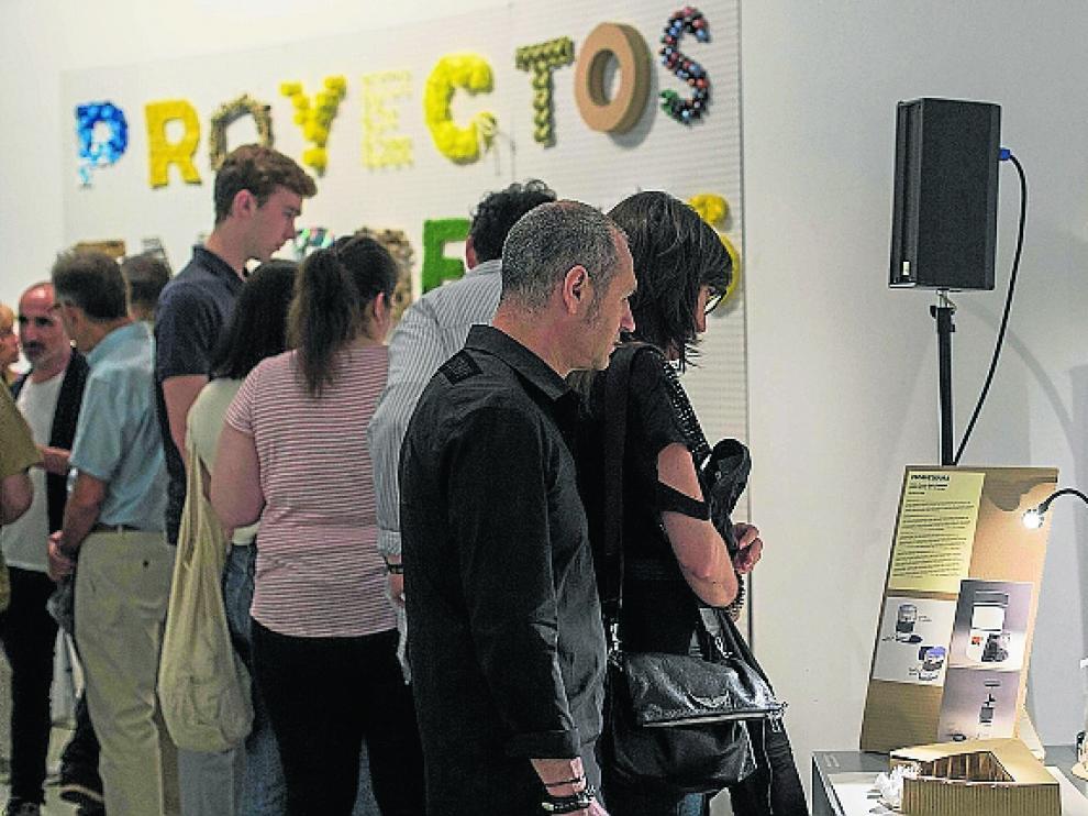 Los visitantes miraron curiosos los objetos mostrados.