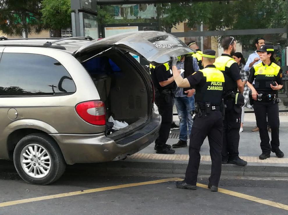 Gran despliegue policial tras un incidente entre un conductor y un viandante en Zaragoza.
