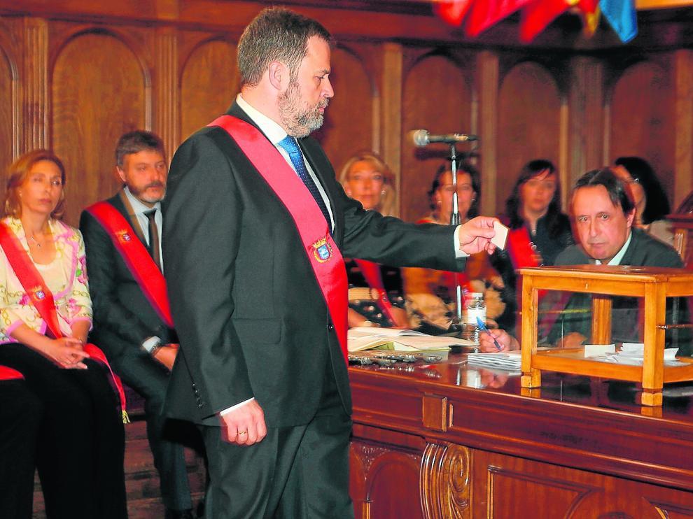 José Luis Cadena, cabeza de lista de Ciudadanos, depositando su voto secreto en la urna ante la mirada del secretario municipal.