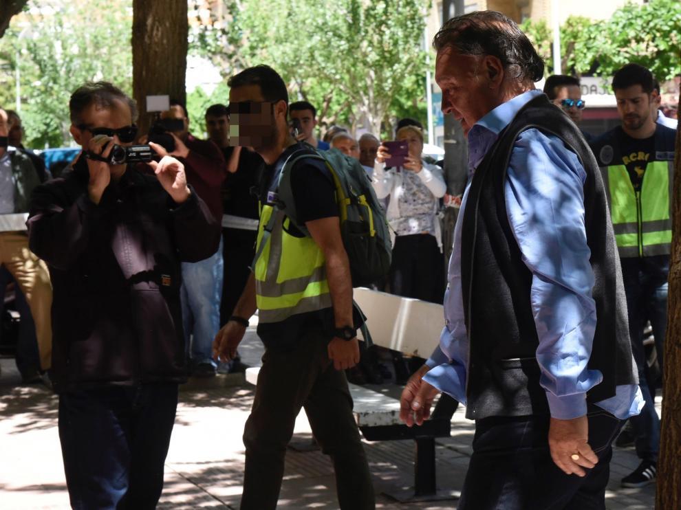 Lasaosa se dirige a la sede del club tras ser detenido para efectuar el registro.