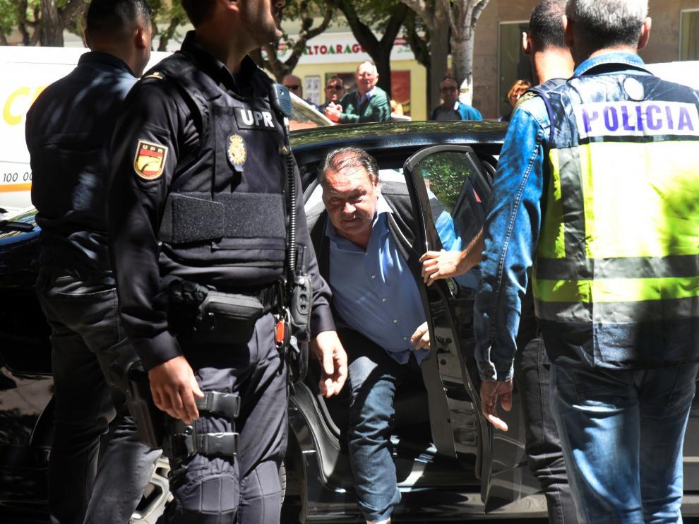 Agustín Lasaosa, el día de su detención, abandona el coche policial para acudir al club.