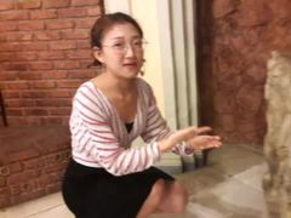 Yu-Zahg es una estudiante china que está realizando un máster de Gestión del Patrimonio Cultural en el Universidad de Zaragoza. Su sueño es abrir una agencia turística en su país que acerque a los ciudadanos chinos el patrimonio de Zaragoza. Para ello, aprende el oficio en la iglesia de Santa Engracia.