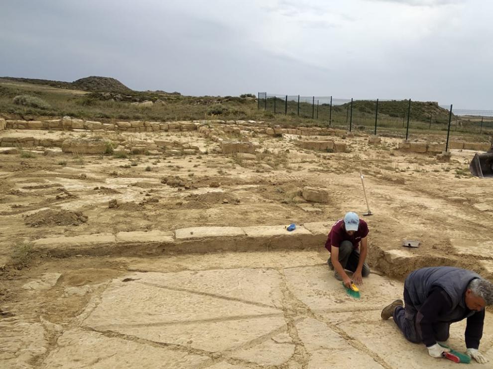 Hallado un enigmático suelo de piedra en Los Bañales