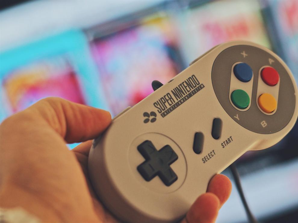 Imagen de la Supernintendo, una de las consolas más populares de la década de los noventa.