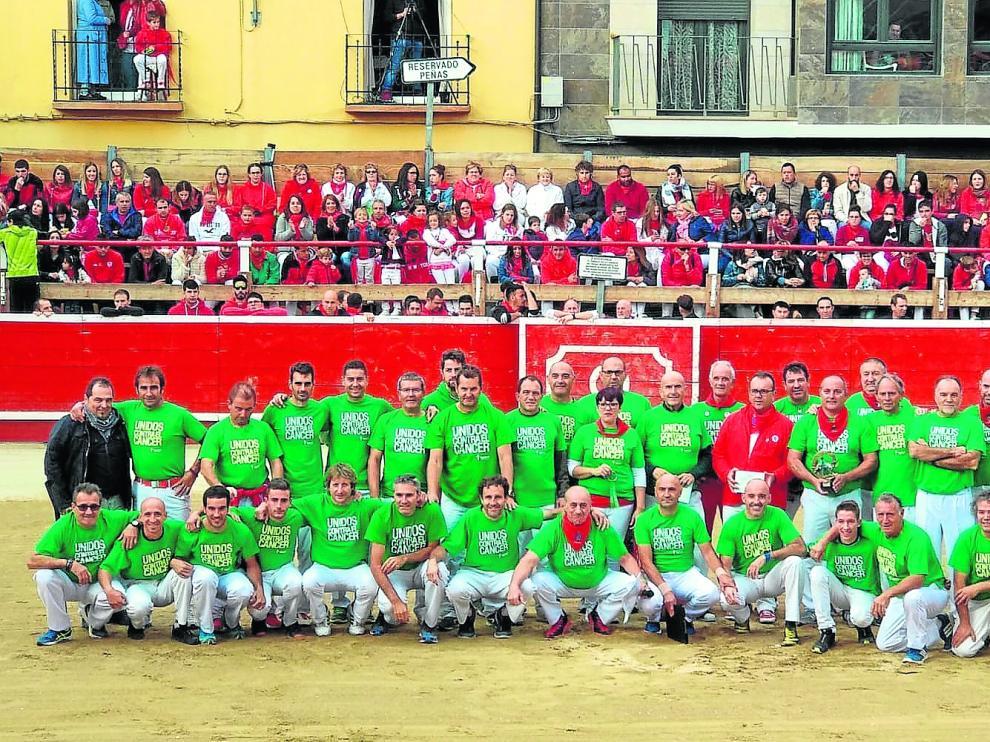 El grupo de recortadores, en una exhibición en Cortes de Navarra con las camisetas contra el cáncer.