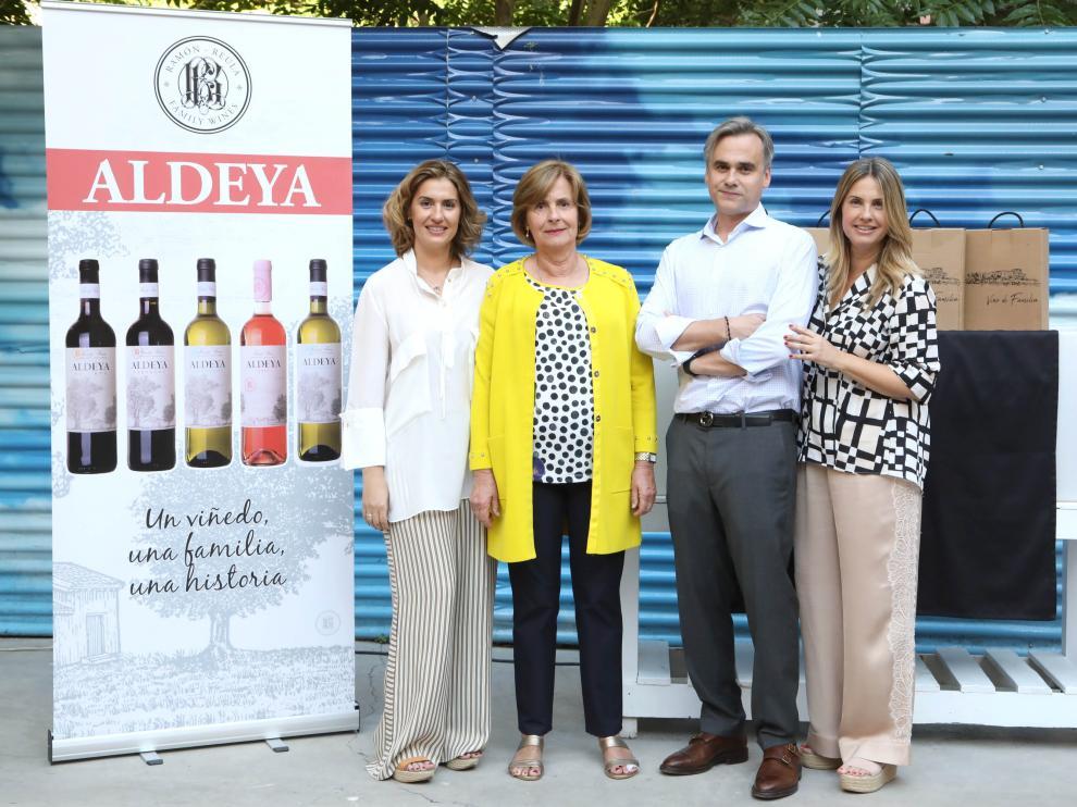 La familia Ramón Reula, junto a la imagen de los nuevos vinos Aldeya, en el acto de presentación.