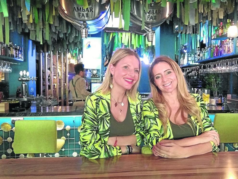 Carol Lasmarías y Eloísa Artal, socias propietarias del restaurante Bunkerbar, en Zaragoza.