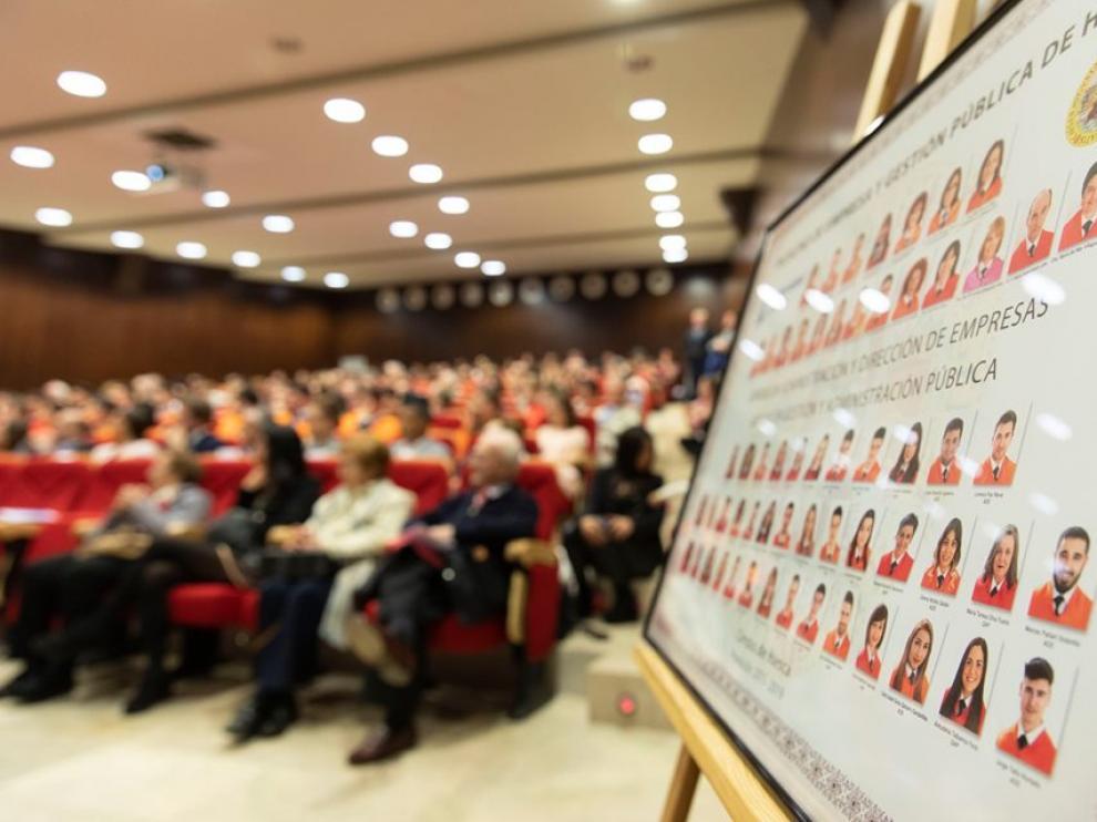 Imagen de una ceremonia de graduación en la Facultad de Empresa y Gestión Pública de Huesca.