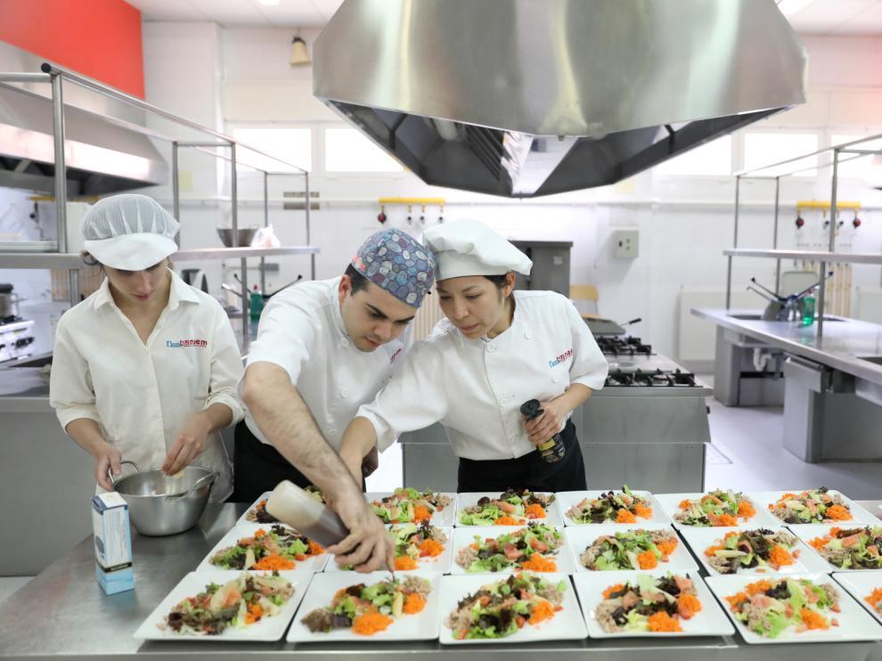 Los alumnos de la escuela taller Diservice ofrecieron una comida en la Escuela de Hostelería de Huesca para celebrar el fin de la fase práctica de su formación.