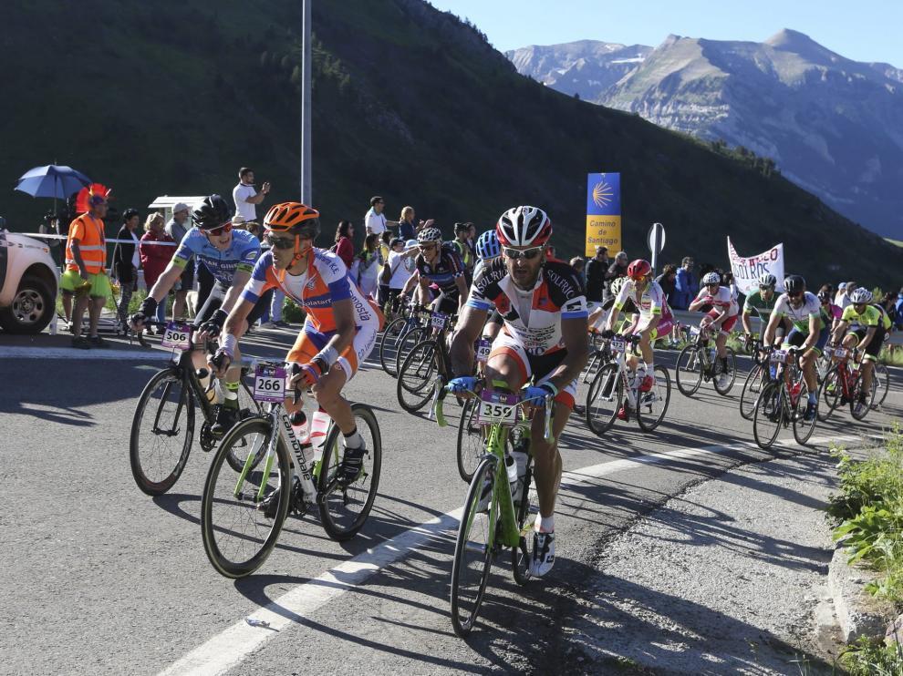 Ciclistas ascendiendo el Somport en la edición 2017 de la Quebrantahuesos.