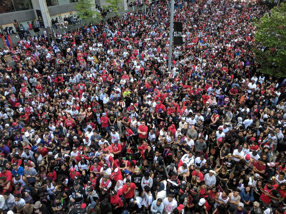 Toronto fans fill the streets in front of the city hall during the Toronto Raptors NBA Championship celebration parade at Nathan Phillips Square in Toronto, Ontario, Canada, June 17, 2019.  REUTERS/Hyungwon Kang [[[REUTERS VOCENTO]]] BASKETBALL-NBA-TOR/PARADE