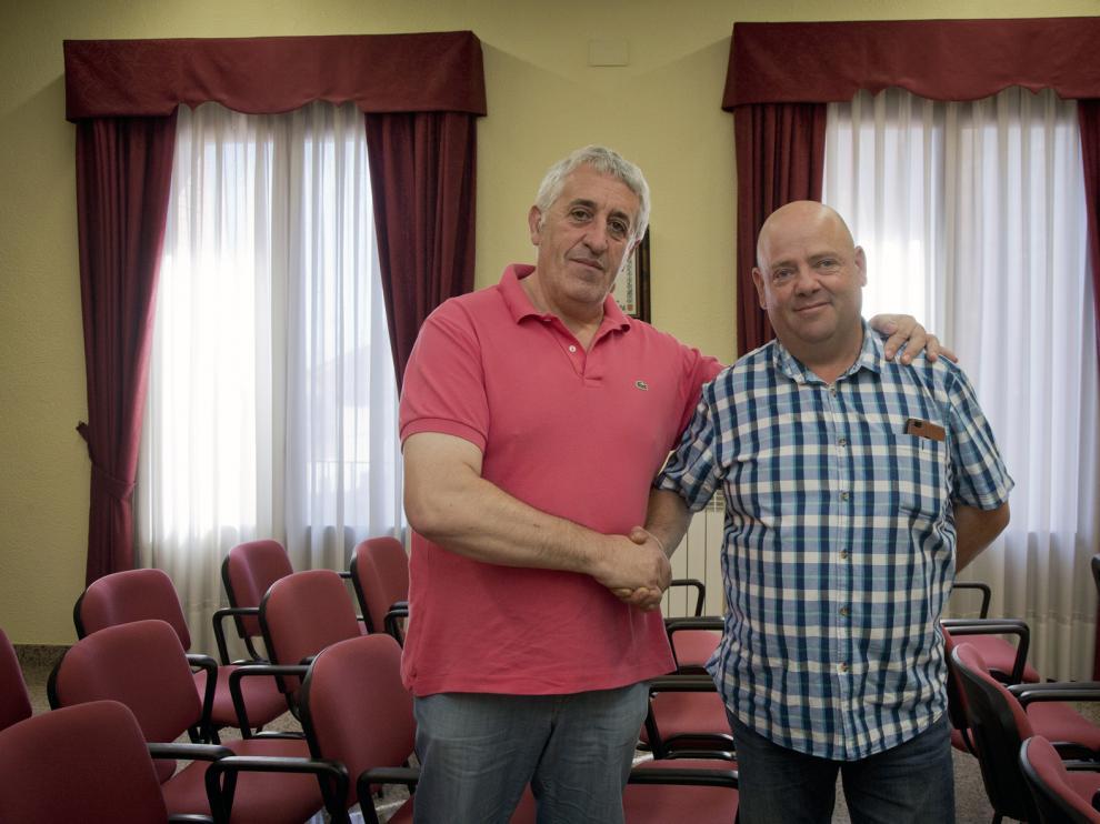 Alberto Ruesca (CHA), izquierda, y Juan Carlos Bernal (PP), en el ayuntamiento de Aguarón.