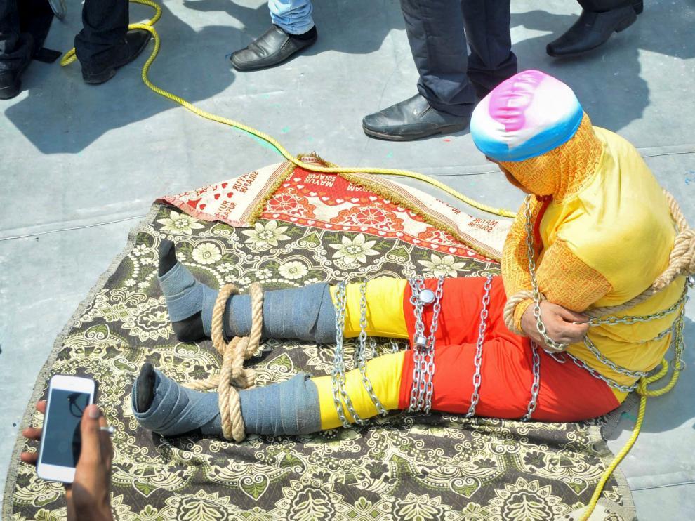 El mago Mandrake, antes de sumergirse en las aguas del Ganges y desaparecer.