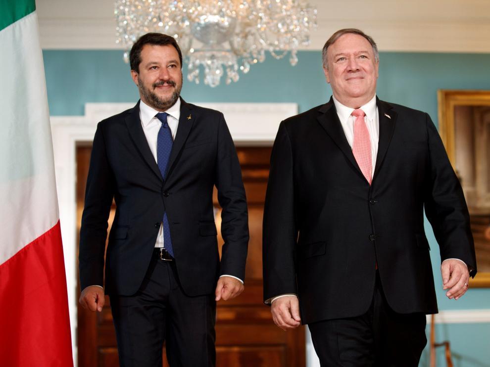 El secretario del Departamento de Estado de EE.UU., Mike Pompeo (d), se reúne con el ministro italiano del Interior, Matteo Salvini (i), en el Departamento de Estado en Washington, Estados Unidos, este lunes.
