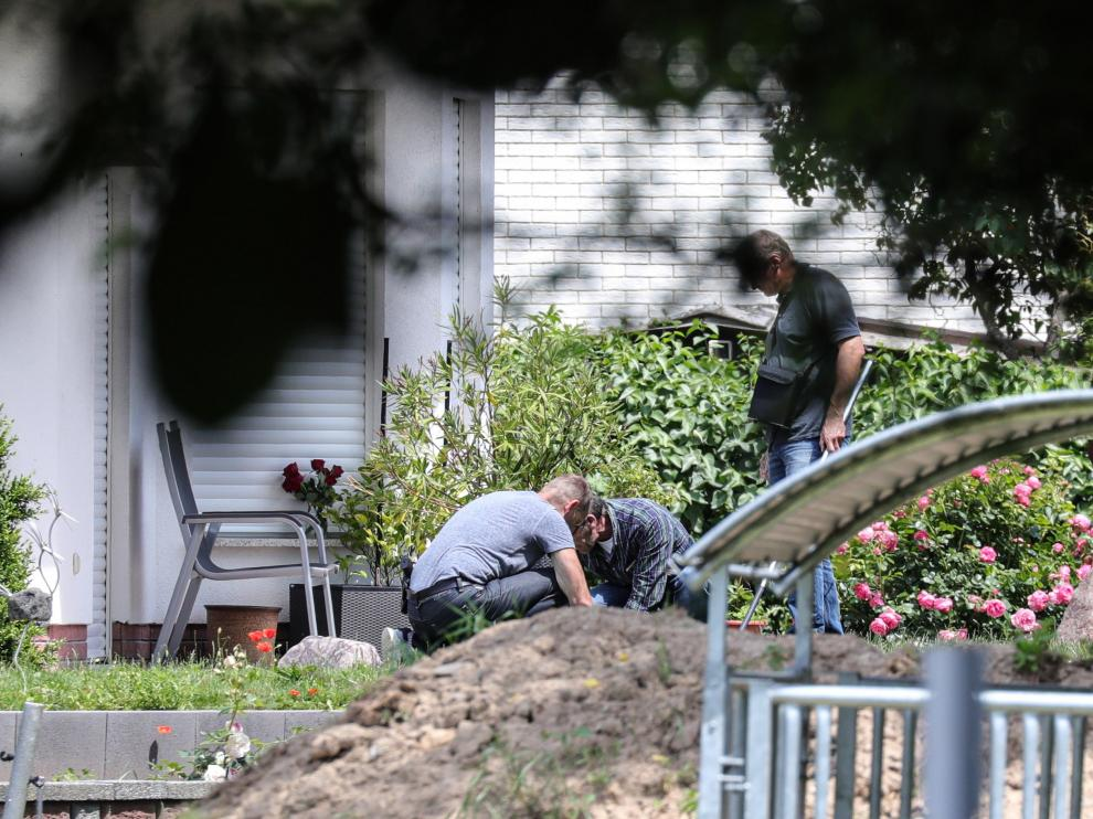 Miembros de la policía investigan la vivienda de Walter Lübcke.