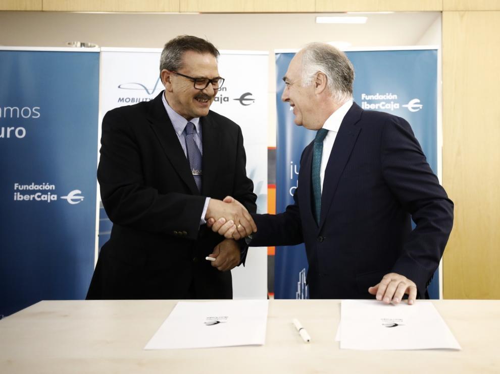 El director de CAF en Zaragoza, Fernando Anoro, ha suscrito su adhesión con el director de la Fundación Ibercaja, José Luis Rodrigo.