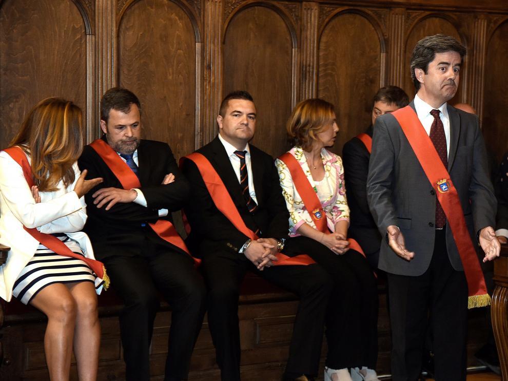 Momento de la investidura del socialista Luis Felipe, sorprendido por su elección, y detrás Ana Alós (PP) pidiendo explicaciones a José Luis Cadena (Cs) por el voto en blanco.