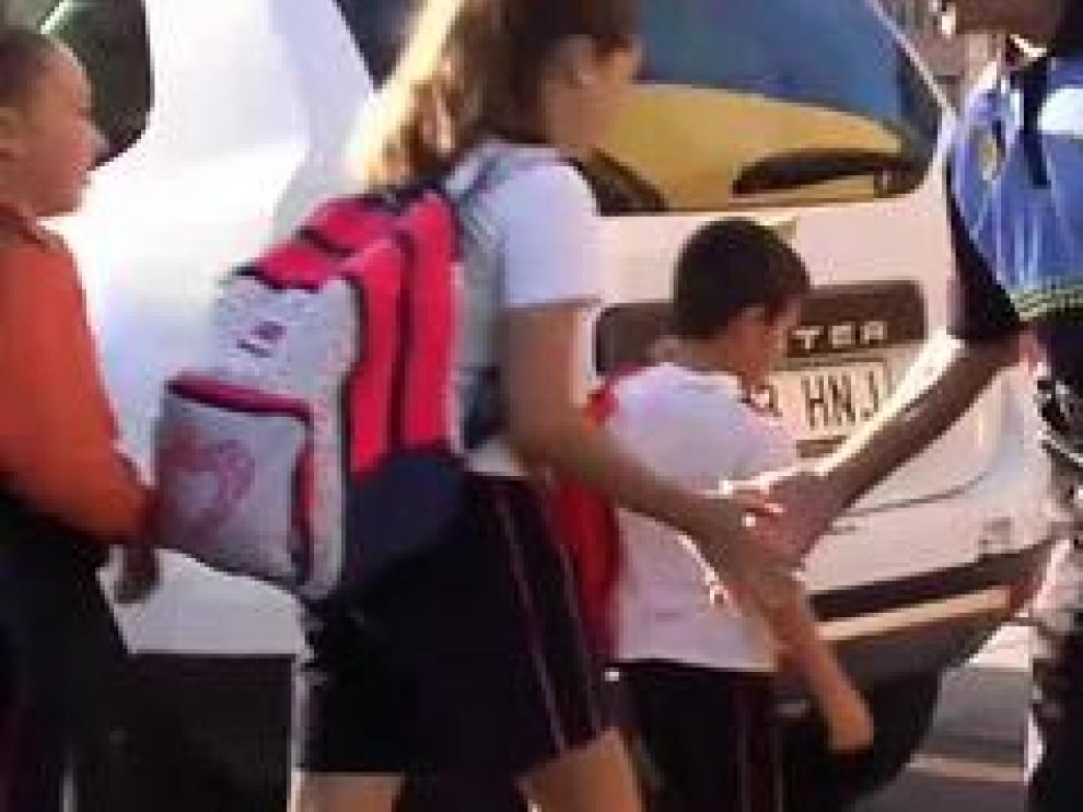 Se ha ganado a pulso el título del agente más amable de las Islas Canarias. Cada mañana, mientras ordena el tráfico, en un paso de cebra de un colegio, choca la mano a cada uno de los alumnos que pasan a su lado.