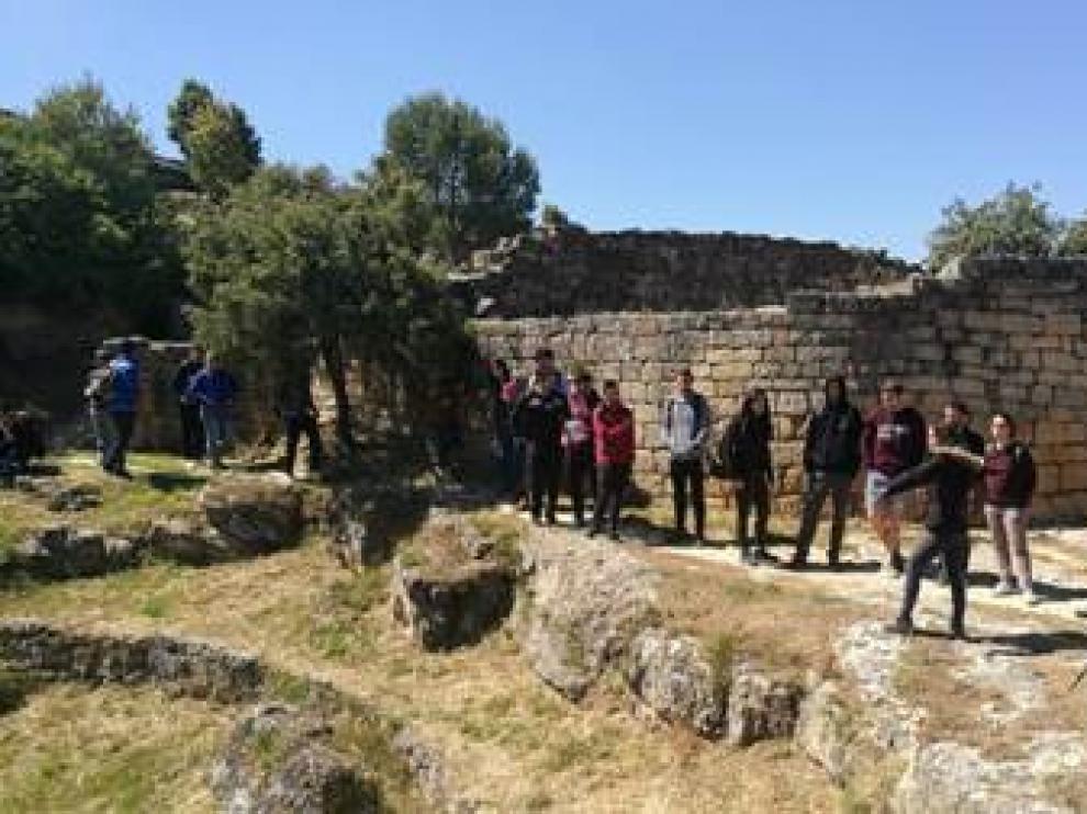 Visita de los estudiantes de Geografía a las formaciones de piedra en seco.