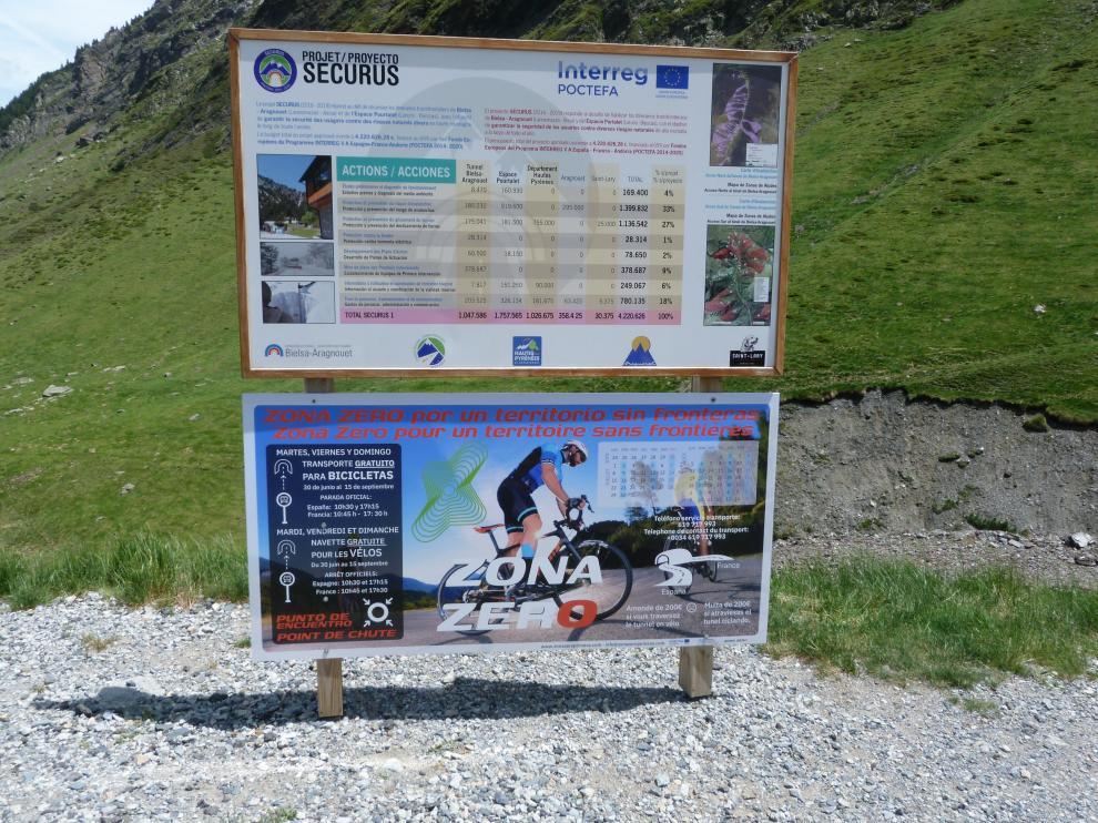 Cartel informativo del nuevo servicio que se ofrece en el túnel de Bielsa para el paso de bicicletas.