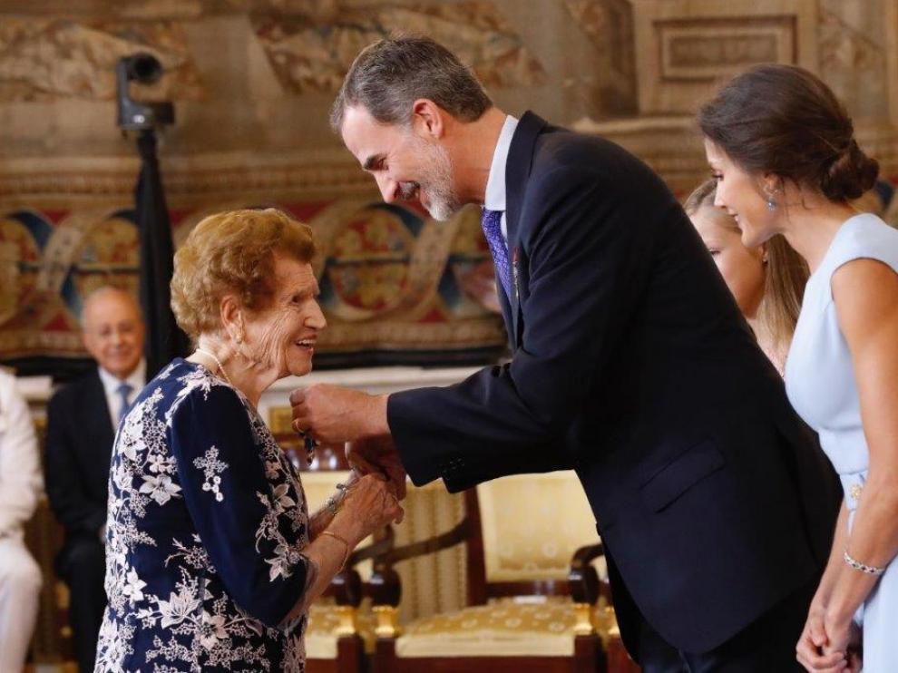 Clotilde Veniel Gómez junto a los Reyes de España.