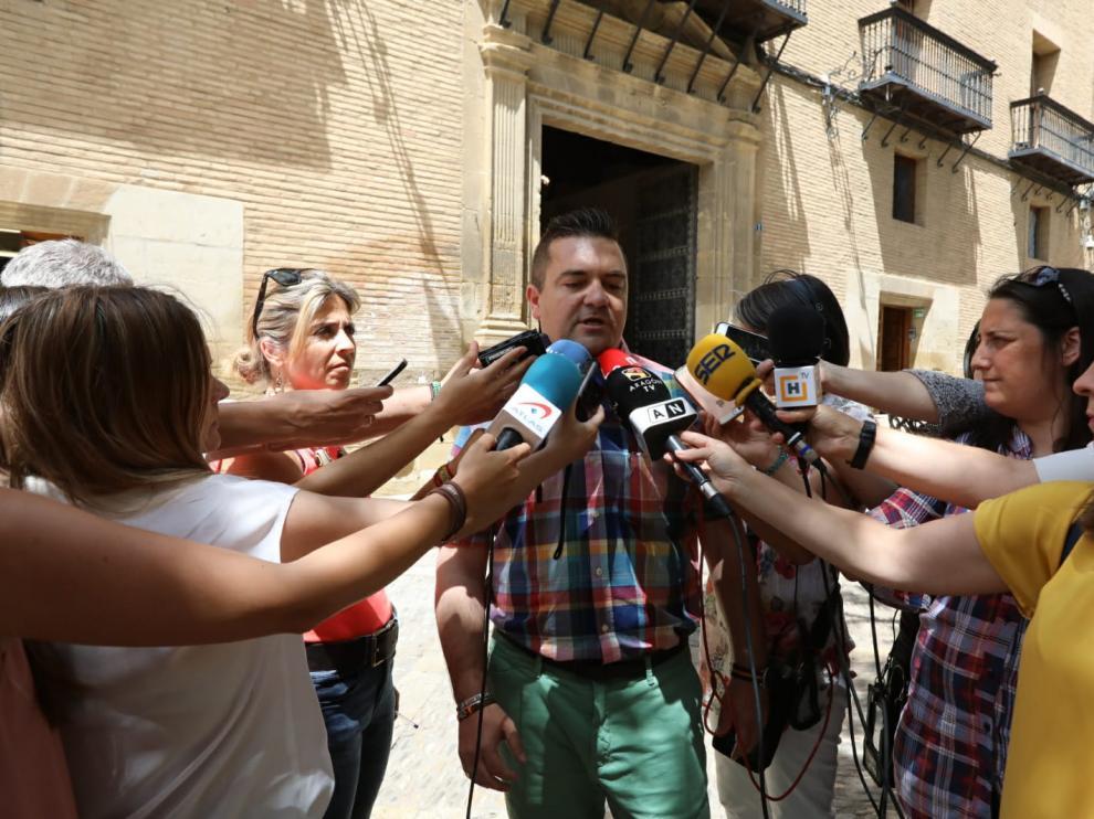 El concejal de Vox Antonio Laborda, durante su comparecencia este miércoles a las puertas del Ayuntamiento de Huesca.