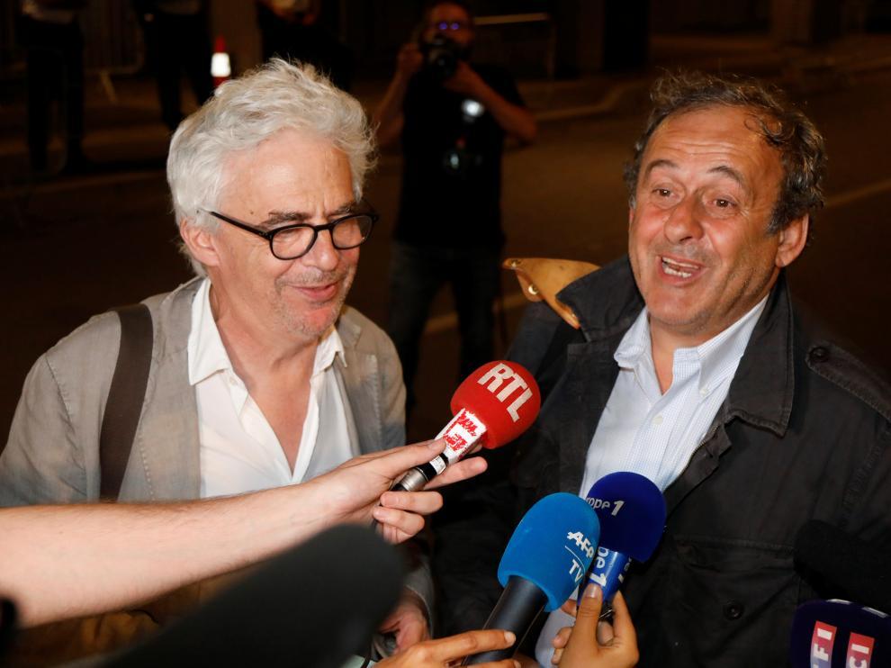 Michel Platini y su abogado a la salida de la oficina anticorrupción donde declaró durante 15 horas