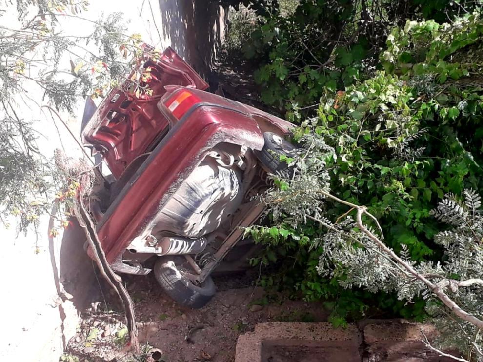El vehículo ha quedado en posición semivertical, por lo que ha sido necesario estabilizarlo antes de cortar el techo y poder extraer al herido.