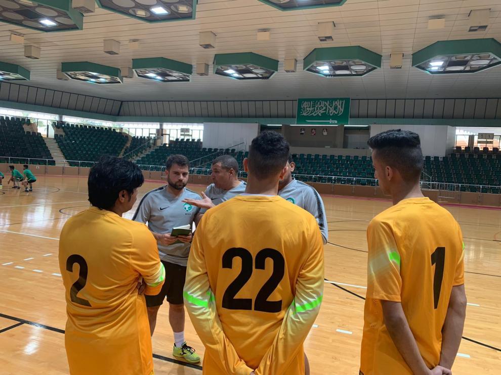 Alberto Arteaga, libreta en mano, durante un entrenamiento con la selección de fútbol sala de Arabia Saudí.