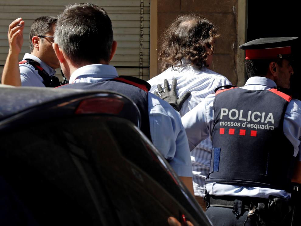 Los Mossos han trasladado al detenido a la vivienda que compartía con la víctima, donde han realizado un registro.