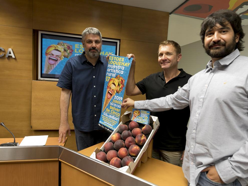 Juanjo Javierre, técnico del Área de Cultura de la DPH; Javier Carrasquer, alcalde de Belver de Cinca y Pablo Pérez Terré, director de la muestra.