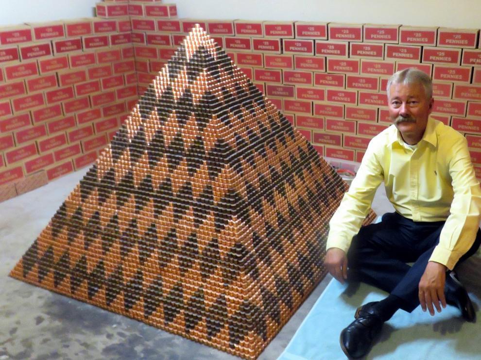 Cory Nielsen, de 55 años, junto a la pirámide.