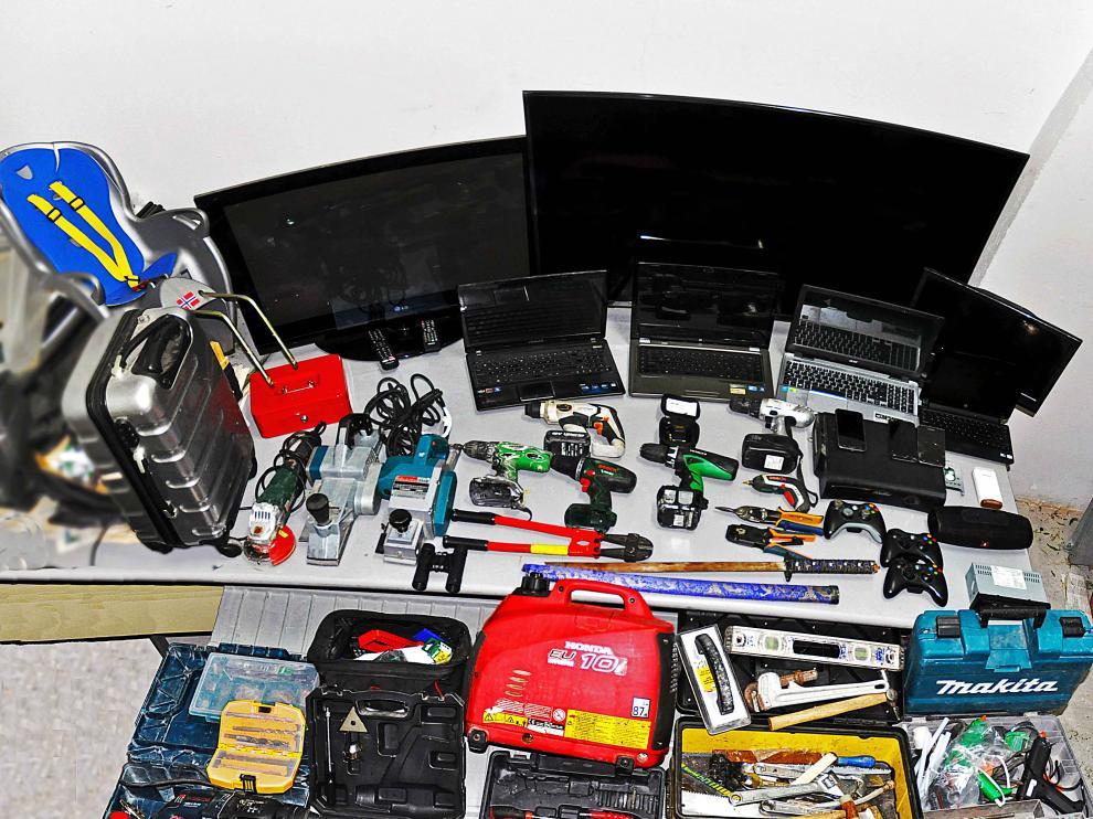 Varios de los objetos que se encontraron en el interior de la vivienda.