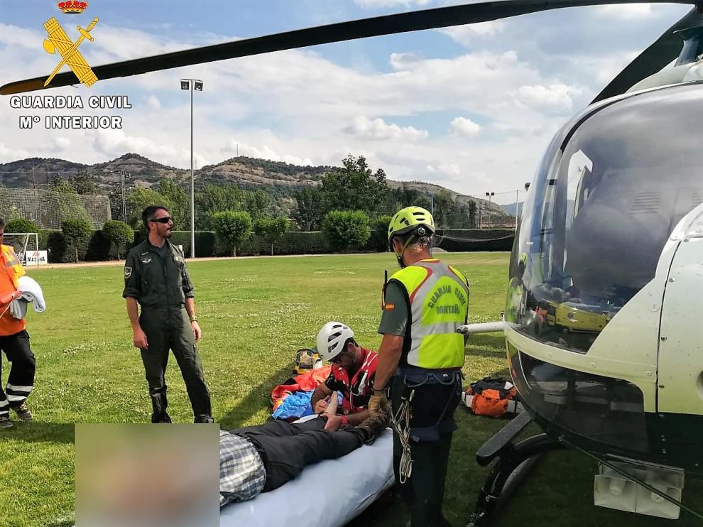 El médico del 061 atiende a un senderista alemán accidentado en la Puebla de Roda.