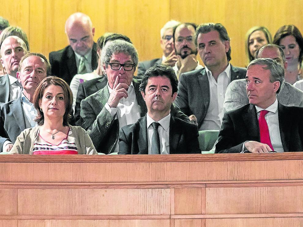 En primera fila, la alcaldesa de Teruel, Emma Buj; el de Huesca, Luis Felipe, y el de Zaragoza, Jorge Azcón
